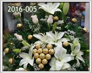 arreglos de rosas blancas con chocolates y lirios