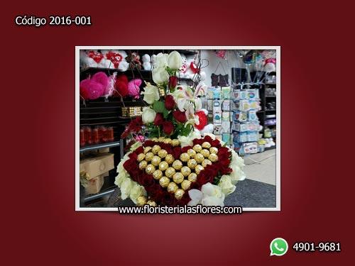 Corazón de Rosas Rojas y Blancas con Chocolates