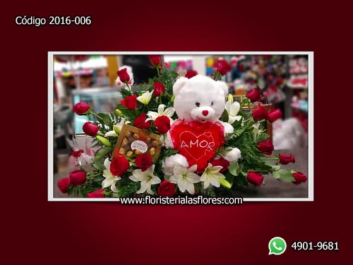 Arreglos con rosas naturales, osos de peluche y caja de chocolates